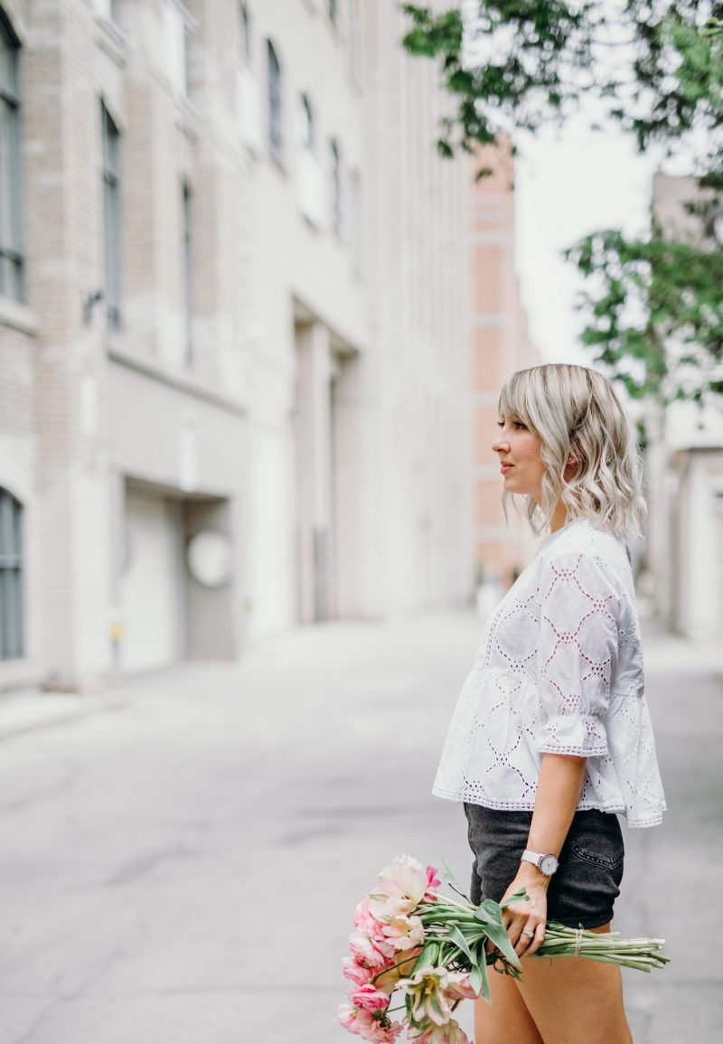 eyelet top, mom jeans and round straw bag style (12 of 14)
