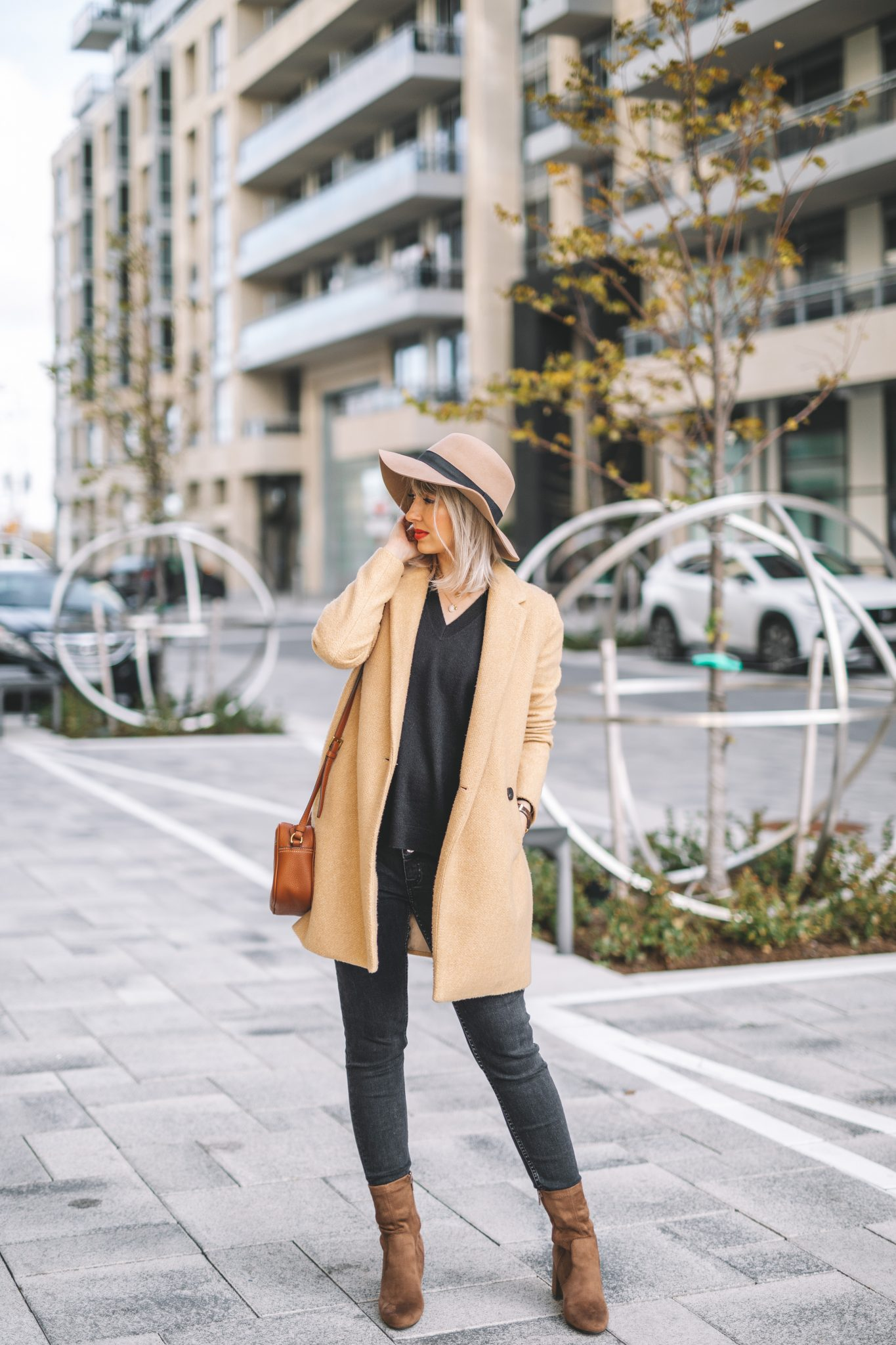 Beige coat and hat minimalist style (2 of 10)