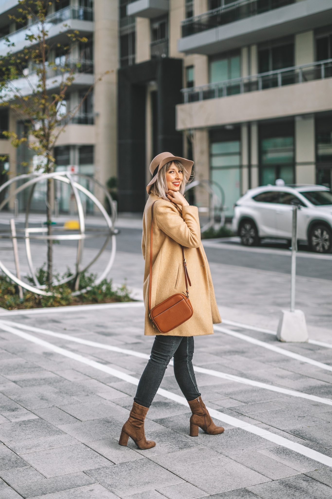 Beige coat and hat street style (4 of 10)