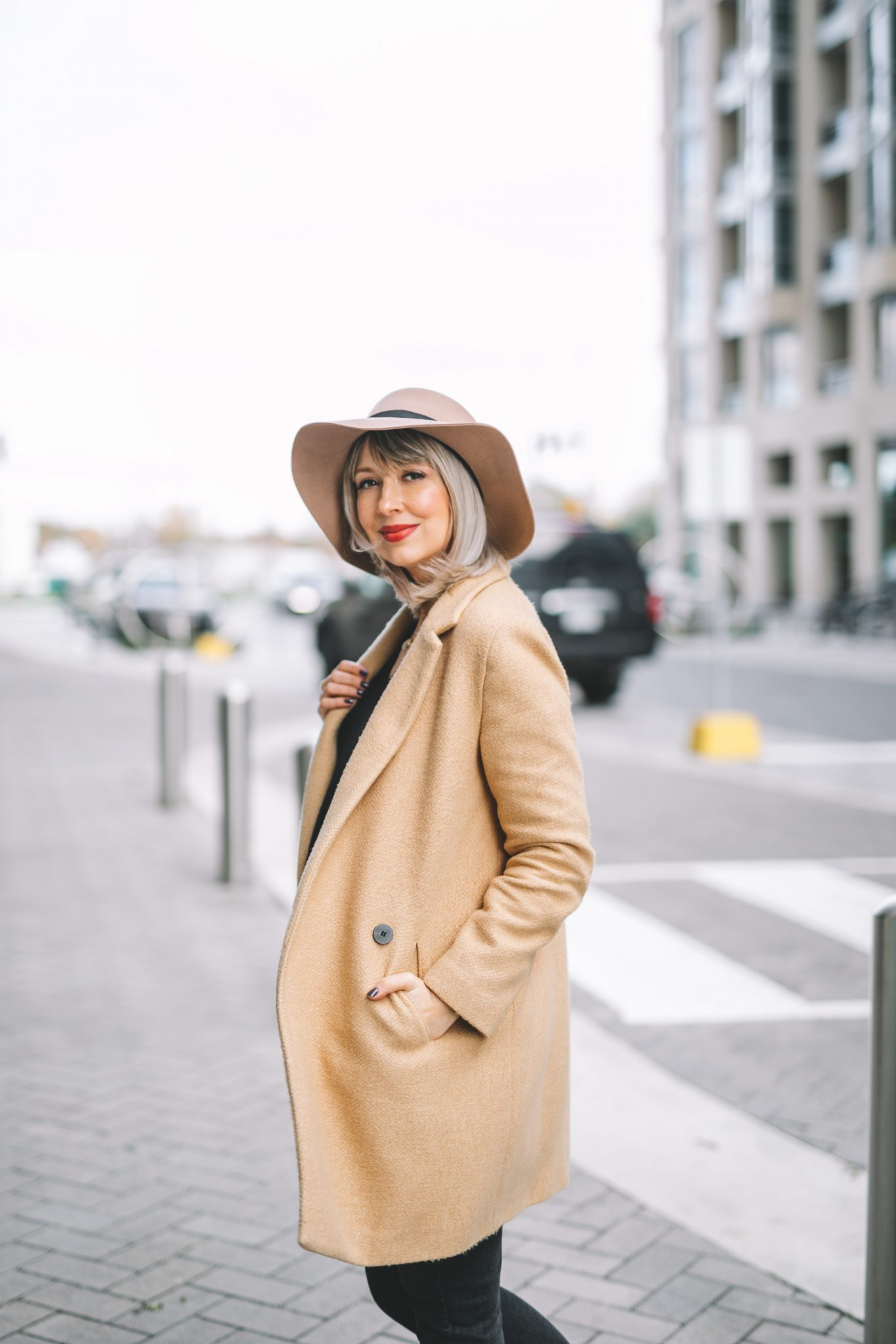 Beige coat and hat street style (9 of 10)