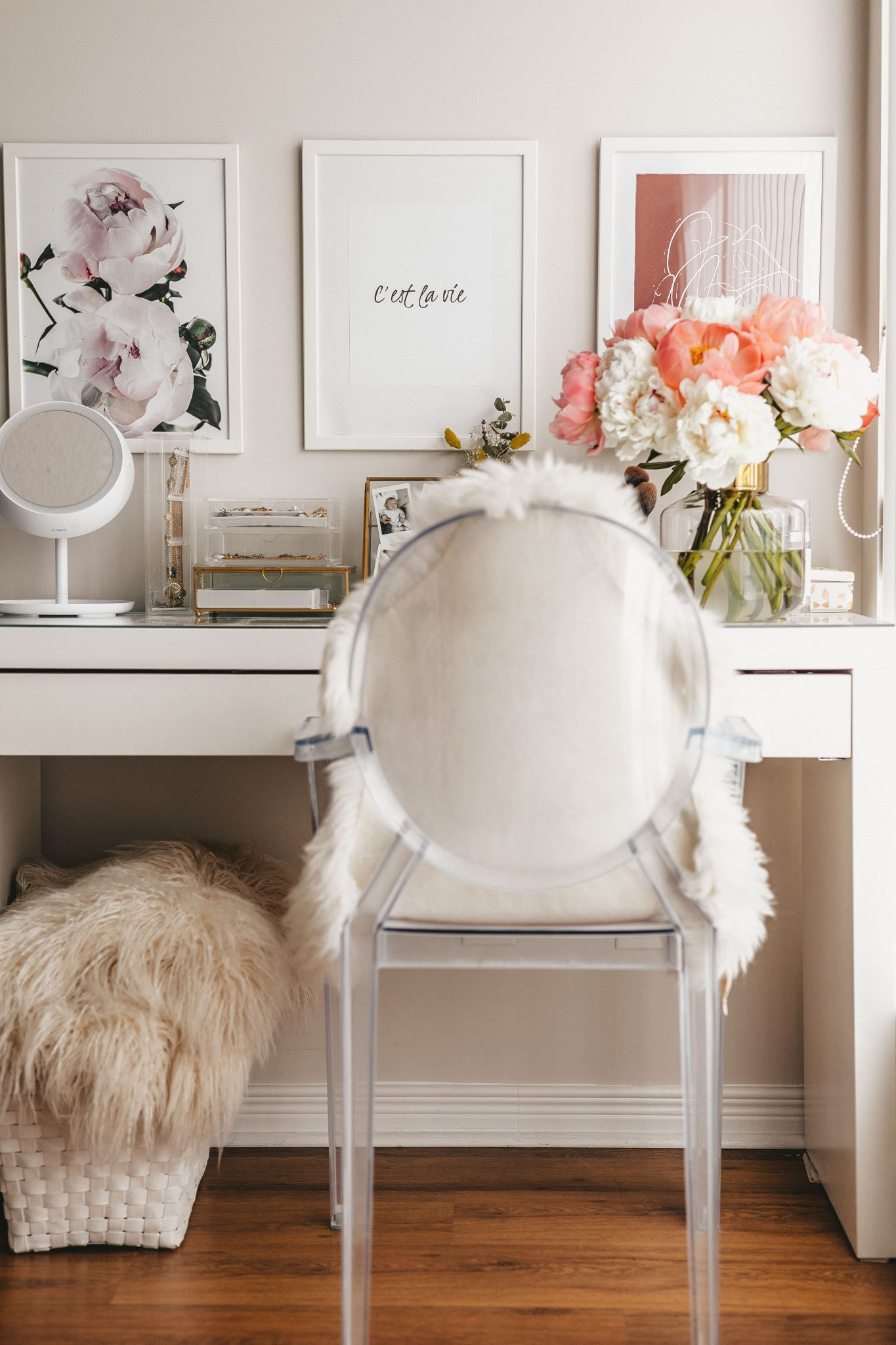 vanity table white & gold style